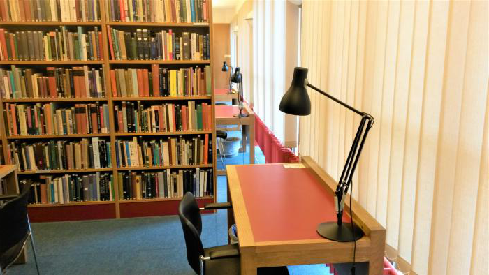desk and book shelves in the Wolfson College 图书馆